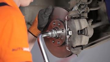 Замена переднего поворотного рычага/ступицы/подшипника.