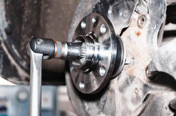 С каким усилием нужно затягивать колесные гайки