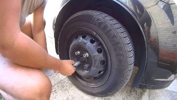 Раскручиваем болты крепления колеса