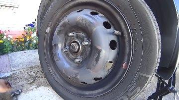 Осуществляем демонтаж колеса